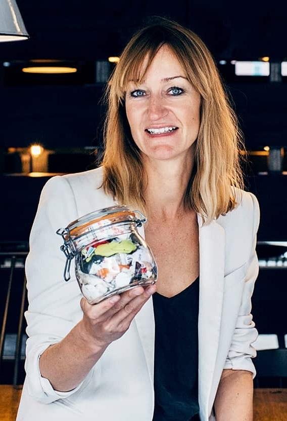 Bea Johnson sosteniendo en  sus un tarro con los residuos producidos por su familia en un año